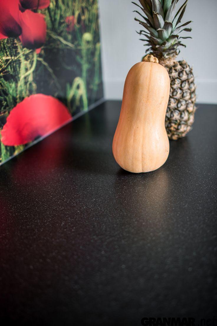 """Blat kuchenny z granitu Nero Profondo z wykończeniem powierzchni typu """"skóra"""" GRANMAR.net"""