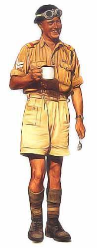 Caporal-chef, 6ème régiment royal de blindés, 1941 Ce sous-officier porte le béret caractéristique du régiment royal de blindés, noir avec un insigne argent. Sa tenue est complétée par l'uniforme d'ordonnance pour le désert : chemise et short kaki, chaussettes, bandes molletières courtes bottillon en cuir. Notez les parements de couleurs vives sur ses épaulettes, et son cordon noir. Les équipages de blindés portaient un revolver Mk 1 Enfield no2 calibre 38 dans un étui spécial généralement…