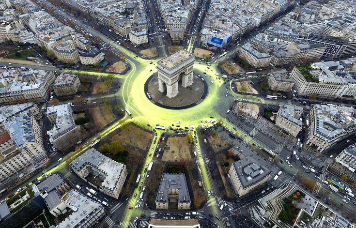 Les militants de Greenpeace ont créé un soleil géant autour de l'Arc de Triomphe, le 11 décembre.