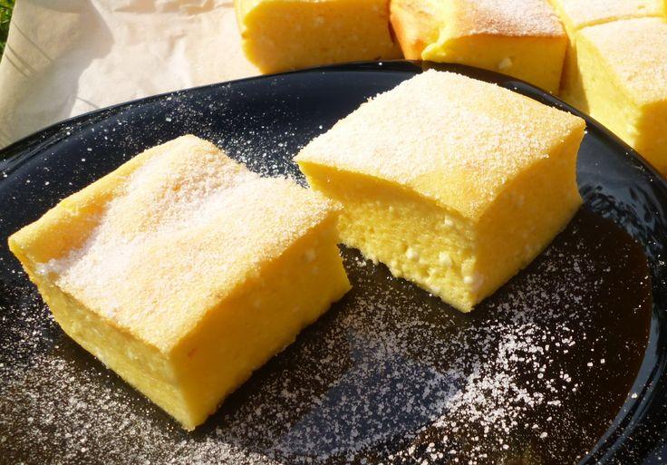 Avagy pillekönnyű sütemény, könnyedén :-) Én imádom a túrós dolgokat, minden variációban rajongok érte: sósan, édesen, krémben, tésztán, sütiben,...