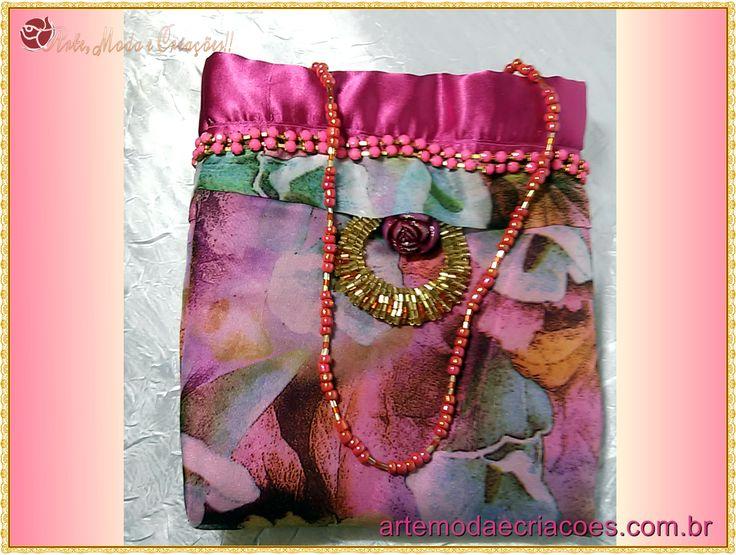 Bolsa para festa rosa moderna e estilosa em cetim, mais fotos com detalhes no artigo.