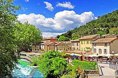 Le village est l'un des plus visités du Vaucluse grâce à sa source qui jaillit au pied d'une gigantesque falaise d'environ 230 mètres. #vacances #tourisme  #Provence