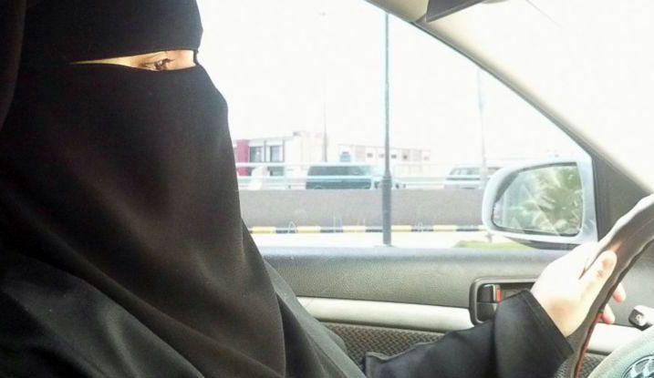 Potranno finalmente accedere agli esami per la patente di guida e conseguentemente potrannoguidare un auto in Arabia Saudita le donne del regnosaudita. La decisione storica è stata formalizzata dal Re Salman, che prevede l'autorizzazione dal giugno prossimo di concedere le patenti di guida alle donne.   #arabia saudita #autorizzazione alla guida #donne alla guida #stop a divieto guida alle donne