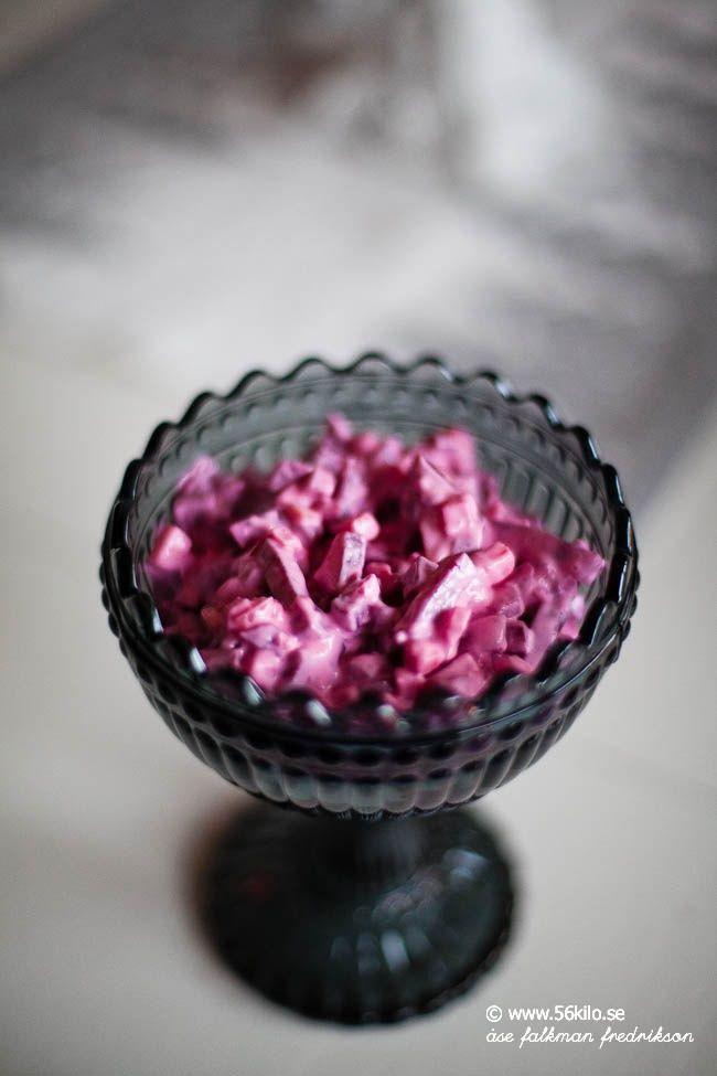 Att göra sin egen rödbetssallad är busenkelt och så mycket godare än köpt. Man kommer då enkelt bort från det tillsatta sockret och eventuella färgämnen. Jag tycker det blir fräschare att göra egen då köpt rödbetssallad ofta smakar så mycket majonnäs. 300 gram hela inlagda rödbetor 1 dl majonnäs 0,5 dl creme fraiche (går givetvis […]
