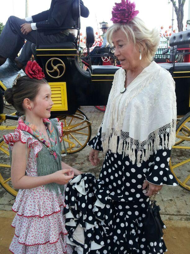 Las #flamencas más pequeñas también llevan mantones antiguos #antigüedades #antiques #mantones #feria #flamenca #sevilla #gitana