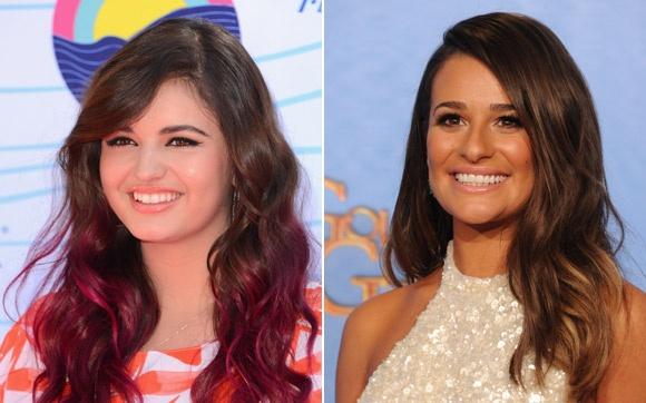 Rebecca Black e Lea Michele Vendo as duas no tapete vermelho uma ao lado da outra dá até para confundir quem é quem. Rebecca e Lea têm o cabelo levemente enrolado e com franja lateral, o sorriso bem aberto e olhos escuros. Parecem irmãs!