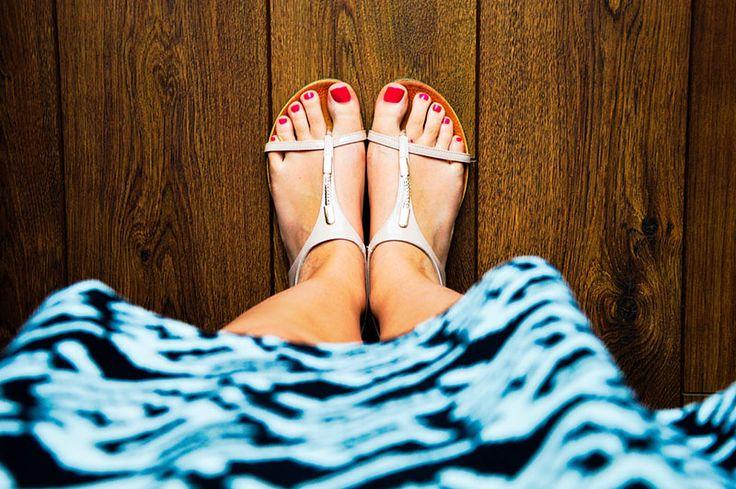 Wróciłaś z pracy, gdzie cały dzień spędziłaś w szpilkach, a Twoje stopy spragnione są chwili relaksu? Wystarczy, że w domu masz ocet i chwilę dla siebie, aby sprezentować zmęczonym stopom odprężający zabieg.