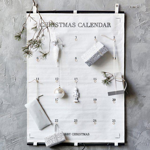 Sur ce panneau en tissu, 24 petits anneaux attenent sagement qu'on y accroche un présent, formant un calendrier de l'Avent épuré, House Doctor