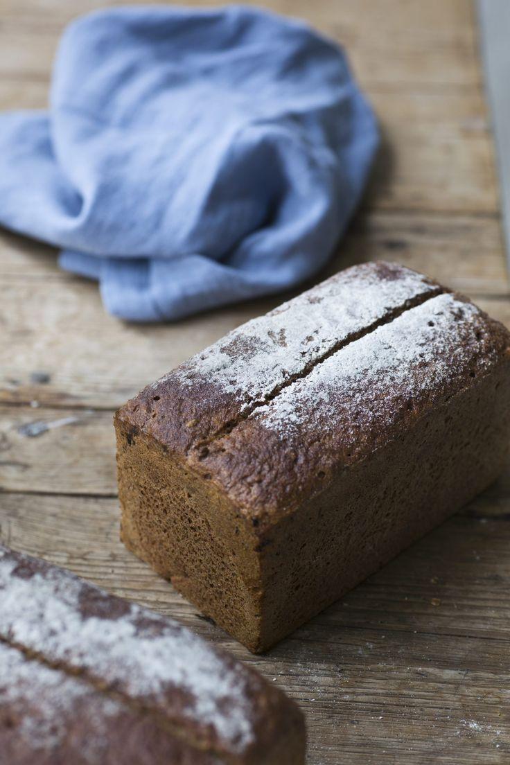Ekstra grovt rugbrød er et sunt og velsmakende brød av grov og fin rug og hele hvetekorn og hvetekli. Skikkelig rugbrød skal også ha litt mørk sirup i seg.