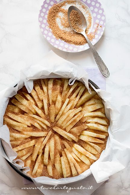Aggiunger cannella e zucchero di canna in superficie - Ricetta Torta di mele light