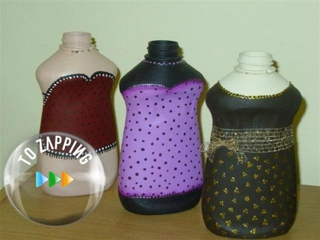 Maniquíes con botellas de detergente