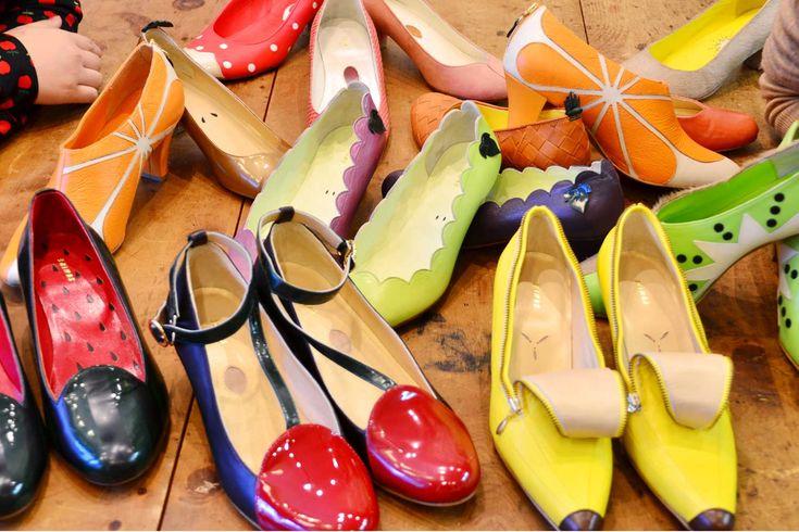"""(左)篠原すみれ東京都出身。大学では生命化学を専攻。2013年3月に卒業。幼い頃から好きだったものづくりに興味があったこともあり、お洒落な外観から吸い込まれるように、靴工房・The Shoe Work Shopの門を叩き、末光宏氏に師事。2014年8月、銀座TIME&EFFORTにて行われた「女性靴職人展2014」出品を機にブランドを発表。 学生時代は""""リケジョ"""" 鎌倉:  ひと目でそのかわいさにヤラれて、銀座の「TIME&EFFORT」(※一般釈社団法人日本皮革産業連合会のショウルーム兼ショップ)のバイヤーとしてご挨拶に伺って以来、ずっとゆっくりお話を伺いたいな、と思っていました。早速ですが、もともと靴は専門的に勉強されていたんですか?  桃(提供:SUMIRE) (左)バナナ、(右上段)ぶどう、(右下段)すいか 篠原: いいえ! 大学は理系だったんです。白衣を着て、まさに「リケジョ」。いまの作業着は青なので、色違いです(笑)。 鎌倉: えーっ! どうして?! 大学生活4年間のどのあたりで、靴に関わる仕事がしたいと思い始めたのですか? 篠原: 卒業間近です。特に..."""