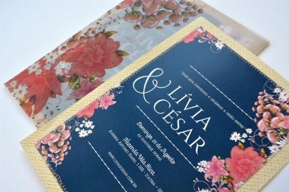 Convite azul marinho com borda dourada e estampa de flores feito pela Susana Fujita.
