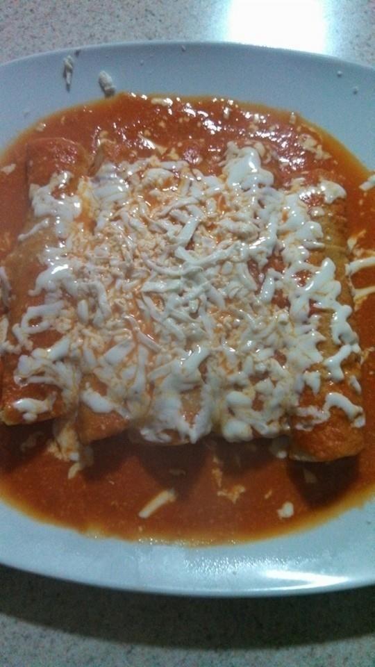 Enchiladas suizas rojas  Ingredientes de salsa: 2 tomates huaje 1 tomatillo verde 1 diente de ajo 3 rebanadas de queso manchego 2 chile guajillo Sal y tantito caldo q…   &#82…