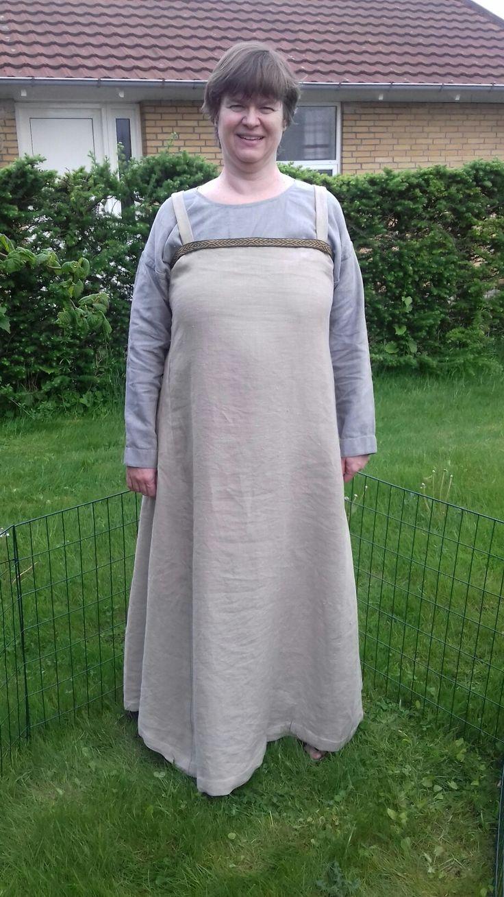 """Mit jernalder-/vikinge-outfit til Odins Odense. Det blev færdigt i onsdag d. 17. maj 2017. Stykkerne er siksakket og syet sammen på maskine, men alle søm """"er lagt ned"""" i hånden og alt er lagt op i hånden. Båndet har jeg (selvfølgeligt) selv brikvævet."""