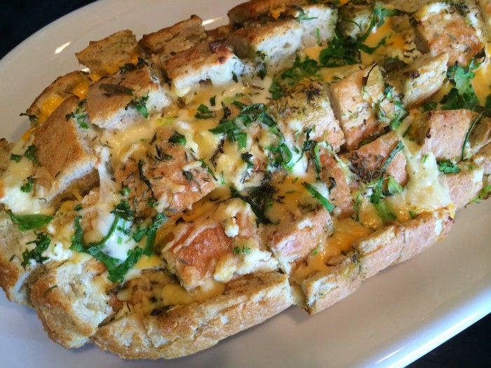 Kaasbrood (brood, scheurbrood, plukbrood, borrelbrood, kruidenbrood) al vaker tegengekomen maar steeds met verwijzing naar een foto op Pinterest. Nu met duidelijk recept, zie bron.