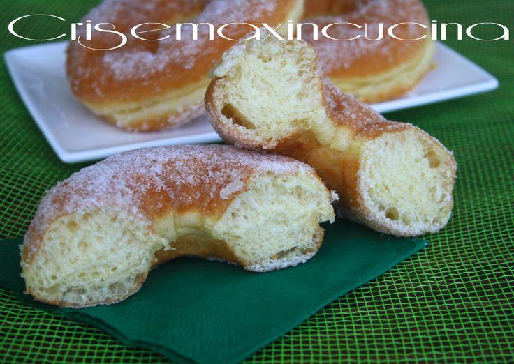 ciambelleIngredienti per  circa 15 ciambelle dolci di patate:  250 grammi di farina 00  250 grammi di patate lesse ridotte a purea  1 cubetto di lievito di birra  2 uova a temperatura ambiente  50 grammi di zucchero  50 grammi di burro a temperatura ambiente  un pizzico di sale  scorza di 1/2 limone grattugiata  scorza di 1/2 arancia grattugiata  vaniglia bacello o una bustina di vanillina  cannella  zucchero semolato  olio per friggere