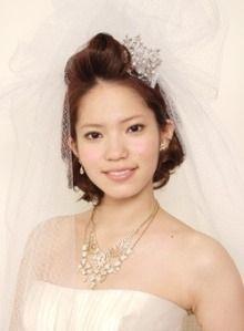ボブスタイルでポンパドールの横に小さなティアラが可愛らしい♡ ウェディングドレス・カラードレスに合う〜ポンパドールの花嫁衣装の髪型一覧〜