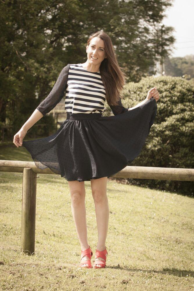 Blusa de rayas y mangas de plumeti al igual q la falda en azul marino www.nuriaordiales.com