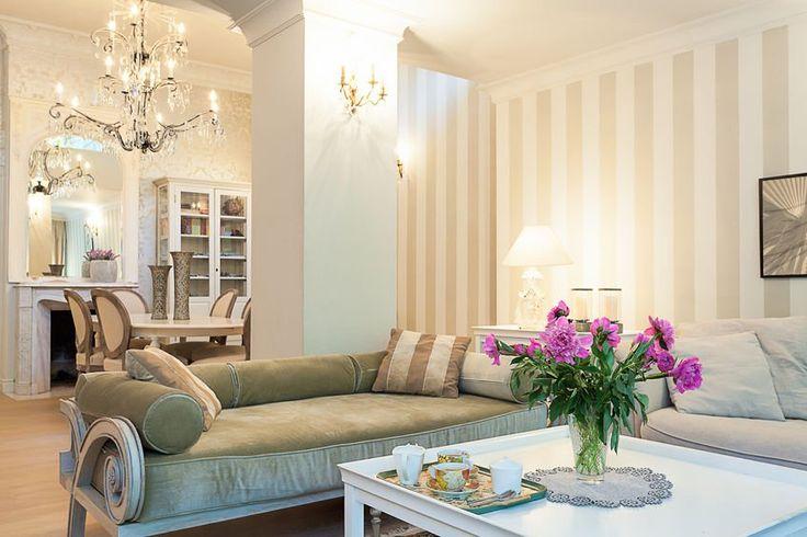 Elegancki salon ozdobiony i oświetlony przez kryształowe żyrandole. #design #urządzanie #urząrzaniewnętrz #urządzaniewnętrza #inspiracja #inspiracje #dekoracja #dekoracje #dom #mieszkanie #pokój #aranżacje #aranżacja #aranżacjewnętrz #aranżacjawnętrz #aranżowanie #aranżowaniewnętrz #ozdoby #żyrandol #żyrandole #lampa #lampy #oświetlenie #salon #salony