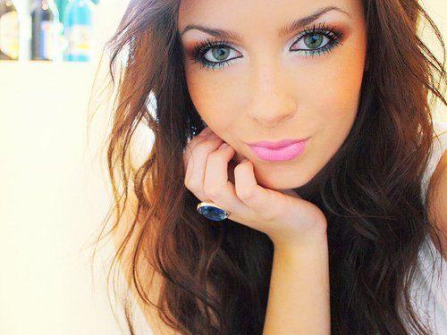 Pretty hair. Pretty make up(: