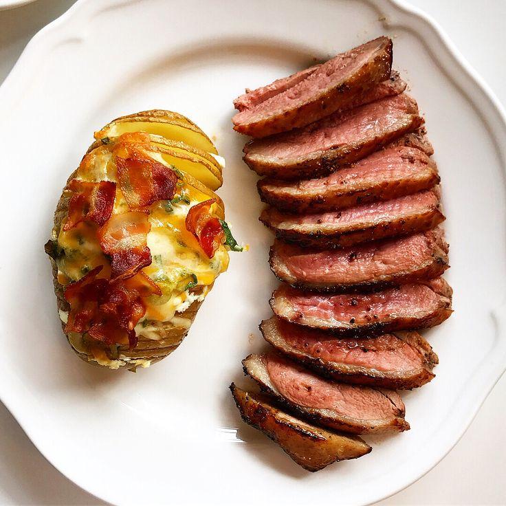 Lørdag middag ➖ And & ovnsbakt potet med bacon, vårløk, feta og mere ost🍷🦆  #celsius #celsiusnorge #fastsverige 👊🏼👊🏼 hasselbackspotatis potatis grillad ugnsstekt bakad gratinerad - bacon salladslök fetaost ost ägg fylld. #anka #kalkon #kyckling #biff recept todo myfood fav
