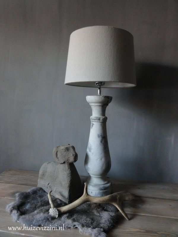Lamp met betonnen voet. Zandkleur incl kap. www.huizevizzini.nl