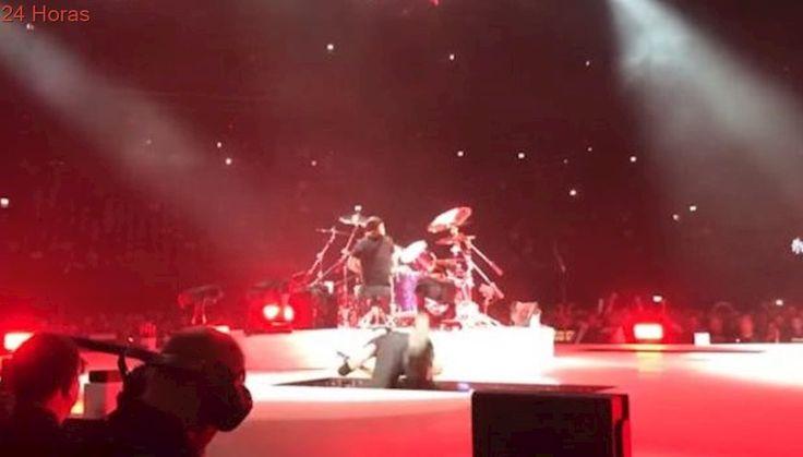 Vocalista de Metallica sufre caída en pleno concierto en Amsterdam