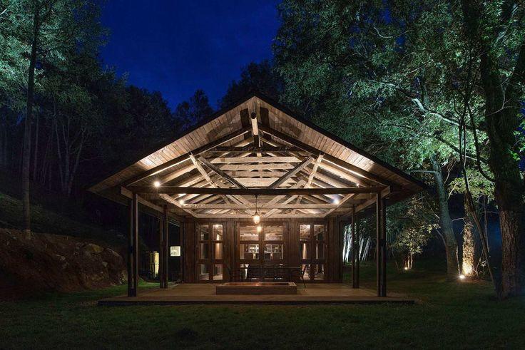 Для строительства этого дома использованы конструкции и материалы от пострадавшего в результате землетрясения деревянного сельского сарая.