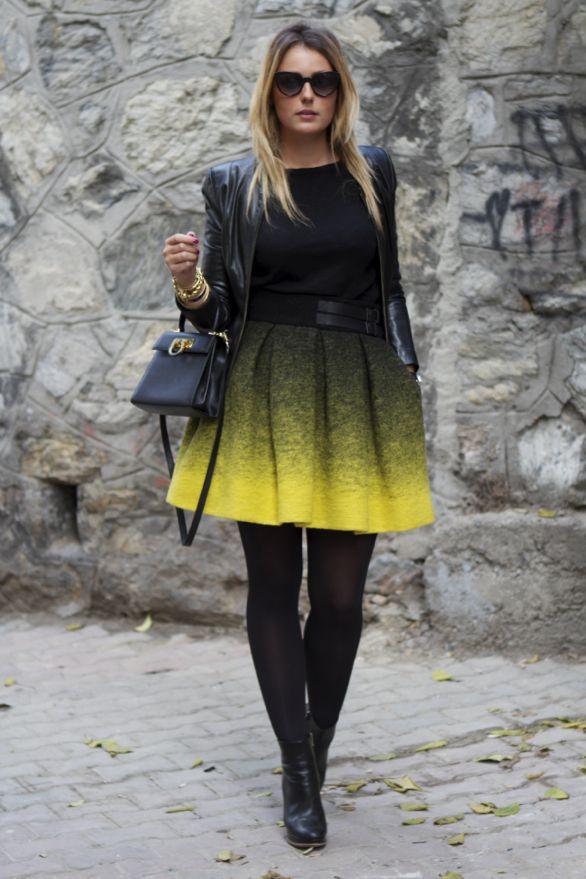 Pull noir + jupe patineuse noire et jaune + collants noirs opaques + blazer noir + bottines à talons noirs