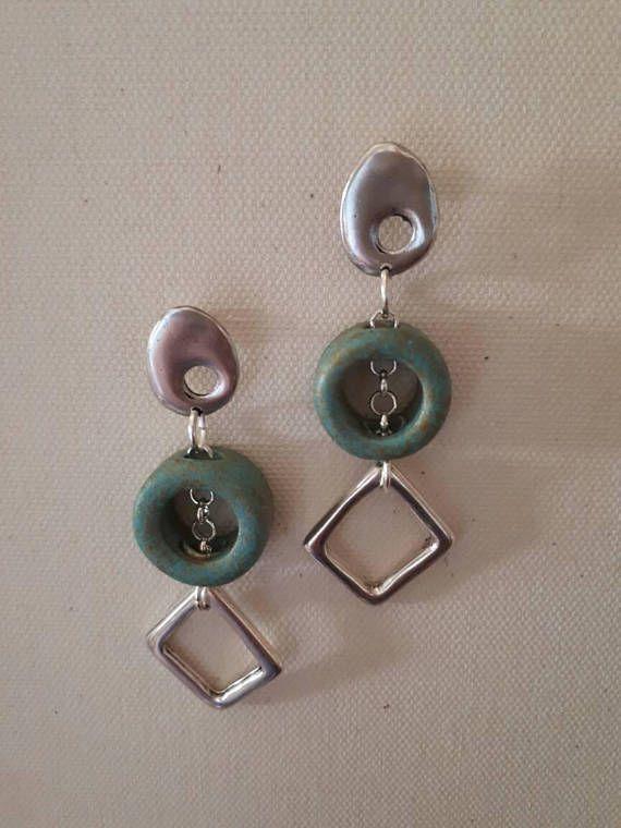 Orecchini colore argento con pietra in ceramica greca a forma di anello, verde acqua maculata e opaca. Design classico/ moderno elegante. Pezzo unico .