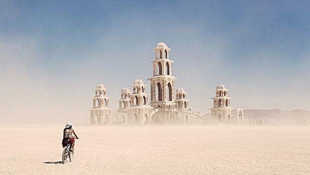 El Burning Man Festival es un festival neohippie, en el que miles y miles de personas conviven en el desierto con sus propias reglas basadas en la autosuficiencia y el respeto. Este proyecto tiene sus orígenes en el año 1986 http://lonelyplanet.es/blog-burning-man-festival-441.html