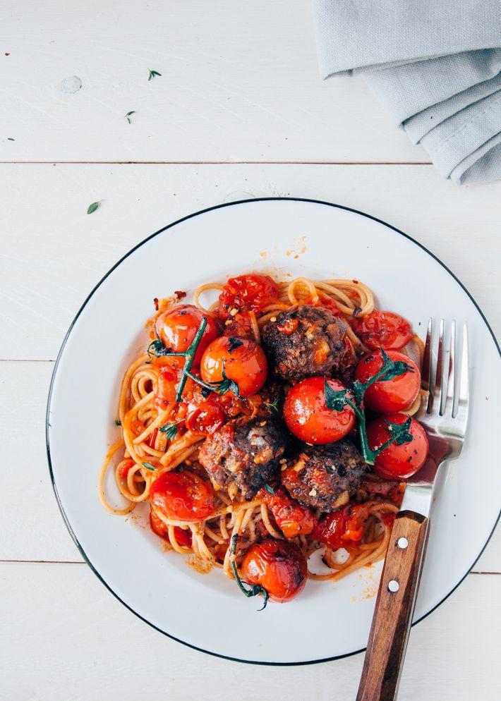 Uit Pauline's Keuken -   Spaghetti met gehaktballetjes, als dat geen klassieker is! Voor mij is het zelfs meer dan een klassieker. Het is mijn redder in nood recept. Voor wanneer ik even niet meer wee