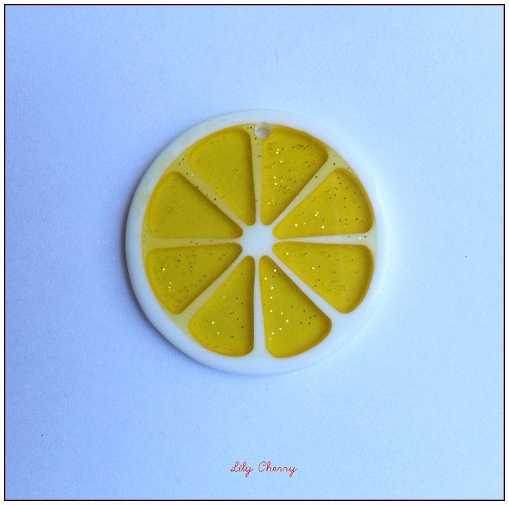 Pendentif rondelle de fruit transparente résine paillette ORANGE FLUO x1 : Fruits, légumes par lilycherry