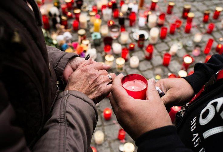 Trauer: Kerzen für den kleinen Mohamed: Der kleine Flüchtlingsbub Mohamed ist vor seinem Tod sexuell missbraucht worden, teilte die deutsche Polizei mit. Der Tatverdächtige soll den Buben mit einem Gürtel erwürgt haben. Der 32-Jährige habe auch gestanden, den sechs Jahre alten Buben Elias aus Potsdam umgebracht und vergraben zu haben. Mehr Bilder des Tages auf: http://www.nachrichten.at/nachrichten/bilder_des_tages/ (Bild: EPA)