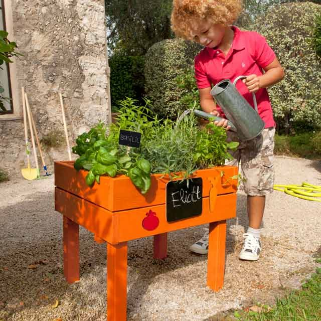 Un carré de potager, une bonne idée pour faire jouer les enfants tout en les éduquant à la culture du potager : impliquez les, ils seront ravis de pouvoir récolter leurs feuilles de basilic ou leurs fraises !