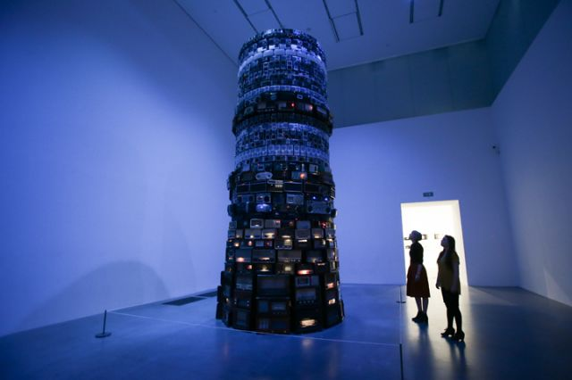 Members of the gallery pose for a picture in front of an installation by Brazilian artist Cildo Meireles, named Babel 2001, at the Tate Modern gallery on June 14, 2014 in London. Photo: Daniel Leal-Olivas / AFP