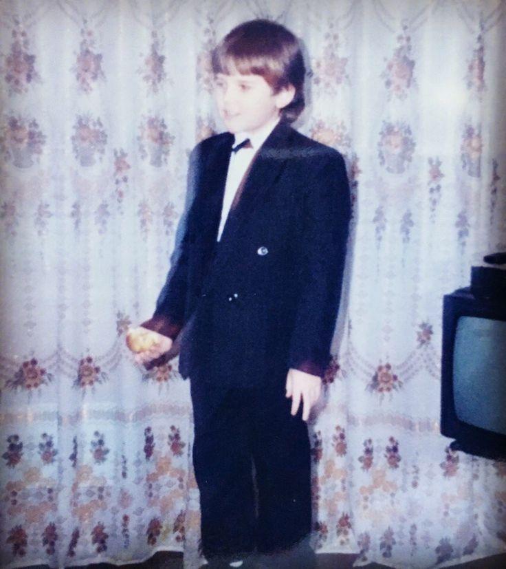 Многие считают, что я родился в костюме, сразу заговорил и сам провёл свой первый день рождения 🎉  Не буду разубеждать этих людей 😂 В свои неполные 5 я декламировал стихи, стоя на табурете и бабочку носил скромно под воротничком рубашки ☺ #израннего #владимирж