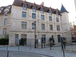 Hasil gambar untuk chateau de la reine blanche paris
