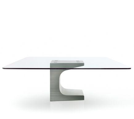 EDITEUR: SIMON GAVINA DESCRIPTION: La ripresa d'impegno da parte di Niemeyer sul tema del design viene a rendersi disponibile alla manipolazione complessa di materiali nuovi e molteplici: le varianti di acciaio per le raffinatissime basi dei tavoli; di cristallo per i piani. Le varianti di tavoli con gli elementi di completamento, segnano una…