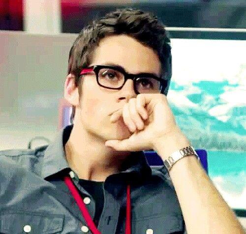 Si es tan guapo con lentes