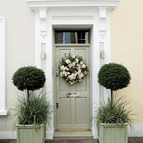 Lovely entrance and front door wreath. Nice way to warm the entrance to you home.