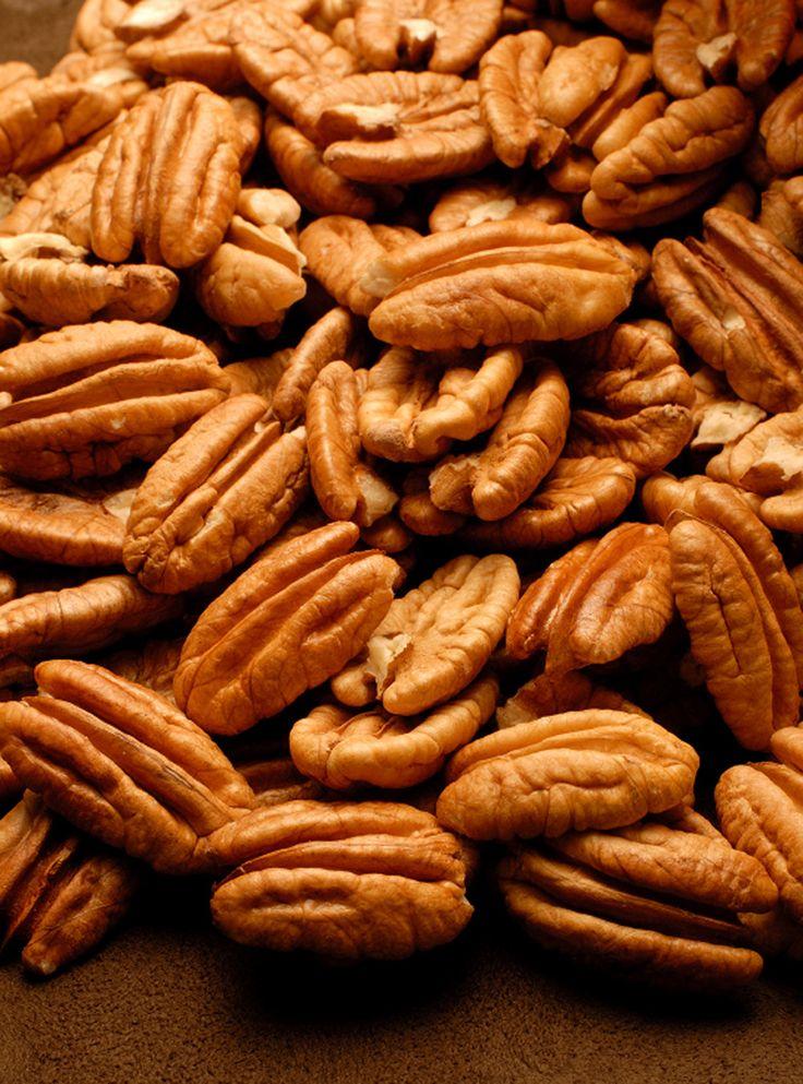 Recette de pacanes épicées à l'érable de Ricardo. Recette de noix à servir en accompagnement, en entrée ou comme grignotine. Dans un bol, mélanger le sirop, les épices et le sel. Ajouter les pacanes et bien les enrober.