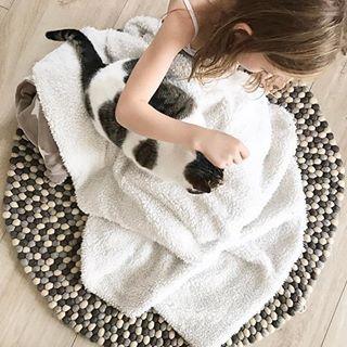 Un morbido tappeto di palline fa proprio per tutti! Anche gli animali domestici lo adorano. Scoprite cos'hanno di così speciali questi nostri tappeti fatti a mano qui: http://www.sukhi.it/informazioni-sui-tappeti-di-palline