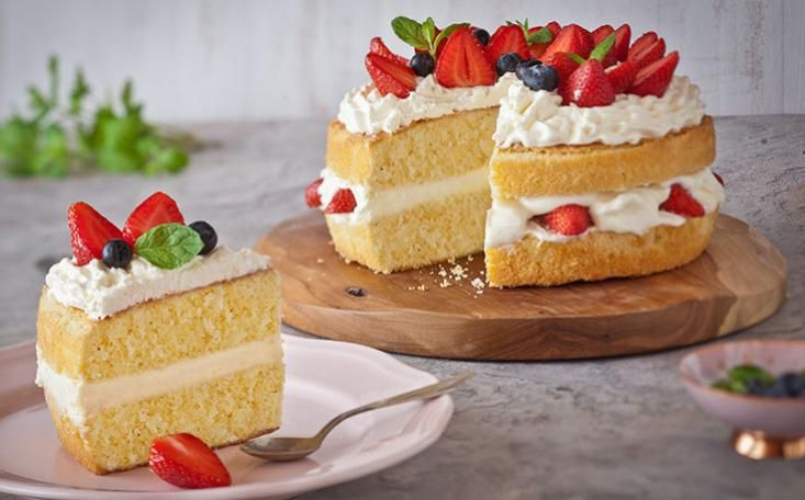 A simple sponge cake recipe with the delicious addition of white chocolate. The white chocolate sponges are sandwiched together with a classic cream filling, topped with fresh strawberries.
