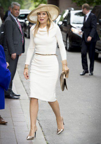 Elegant as always Queen Máxima was dressed in a white dress from Natan and a stunning hat from Fabienne Delvigne. She added a pair of silver shoes and a silver clutch to the outfit.