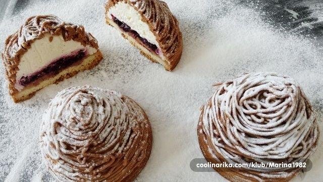ove male tortice u snijegu su nazvani po najvecem brdu Mont Blanc :-) jako popularna slastica u Francuskoj i poznata i po malo vecoj torti! sta pravi ove tortice tako posebno, to je dekoracija sa kremom od kestenja. Jer ta krema daje jedan fin, puni okus ovom kolacu! ja sam ovaj put napravila drugu kremu, od cokolade/cimeta sa filom od tresanja, i jaaako mi se svidjelo!!