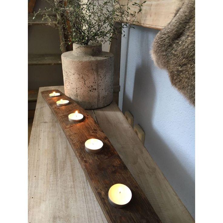Rustieke kaarsenplank van oude wijnvat duigen