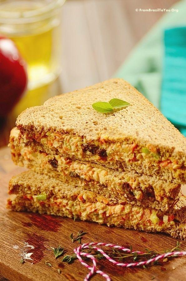Sanduíche Natural de Frango com cenoura, passas e pão integral. Maionese pode ser substituída por iogurte natural.