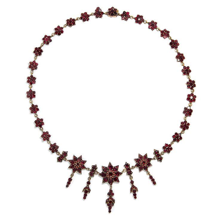 Viele funkelnde Sterne! - Feines Granat Collier aus Böhmen, um 1870 von Hofer Antikschmuck aus Berlin // #hoferantikschmuck #antik #schmuck #antique #jewellery #jewelry